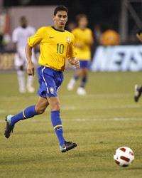 Leonardo siap menularkan kebiasaan merekrut pemain asal Brasil ke klub yang sekarang dilatihn Terkini Inter Siap Rekrut Ganso
