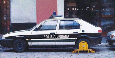 Coche policia con cepo en una rueda Police car with a lock on a wheel