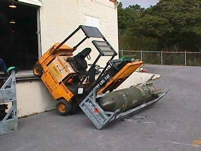 carretilla elevadora cae transportando bomba Forklift truck  carrying pump