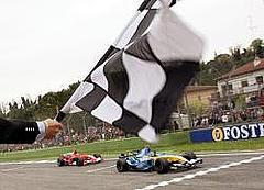 Fernando Alonso cruza la línea de meta por delante de Michael Schumacher