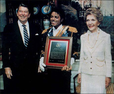https://1.bp.blogspot.com/_TaxXgIl53bQ/SlgcjKYnZLI/AAAAAAAAASo/kpS1SVmzxWQ/s400/Michael+Jackson+and+President+Ronald+Reagan+1984.jpg