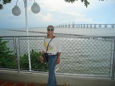 Con el Puente sobre el Lago de Maracaibo de fondo