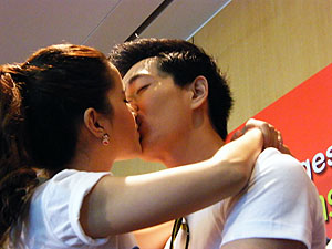 Longest kiss guinness world record