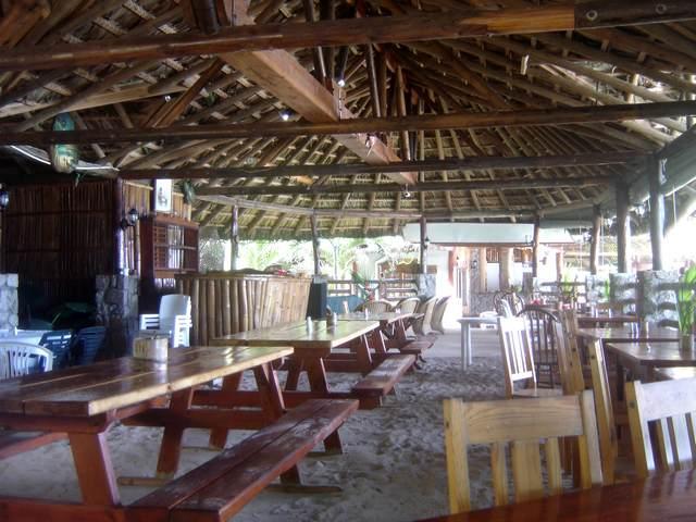 Le restaurant directement sur la plage de Takamaka