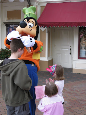 Disneyland - Goofy being... goofy