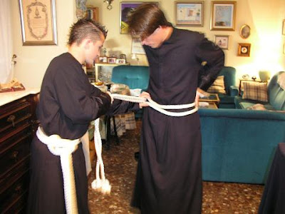 Ayer comenzó el reparto de túnicas en la Hermandad del Perdón