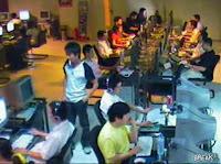 中国のネットカフェで財布を盗む男