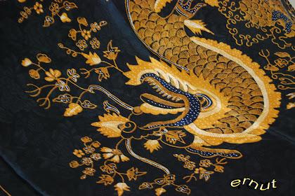 background batik hitam emas