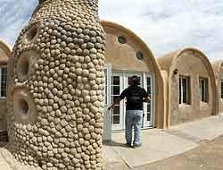 creando habitat Casas de superadobe resistentes a cualquier sismo Nader Khalili