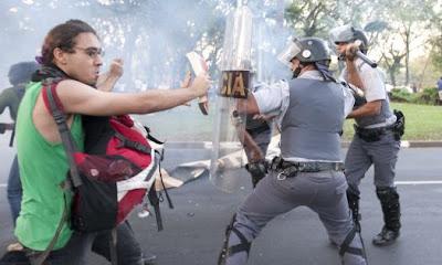 Guerrilheiro armado com um caderno recheado de explosivo plástico se prepara para atirá-la nos PMs.