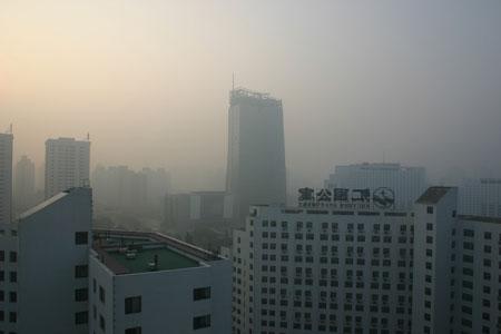 Smog hangs over Beijing