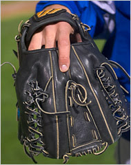 Baseball mitt for a switch pitcher