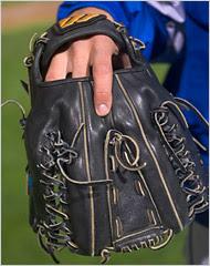 Baseball mitt for a switch pitcher