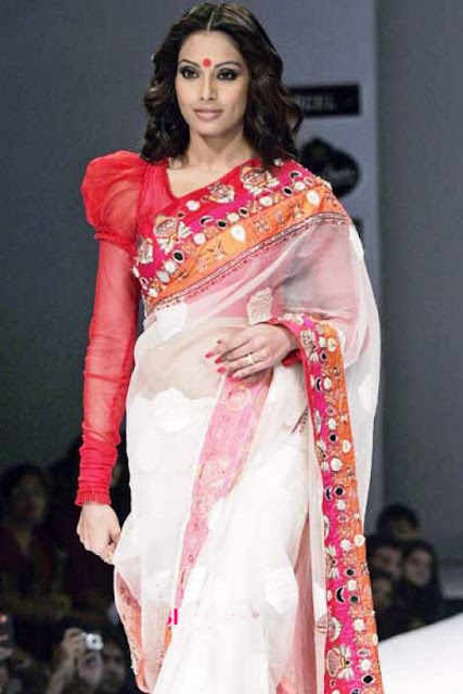 Bipasha basu on ramp shows the bengali style of saree