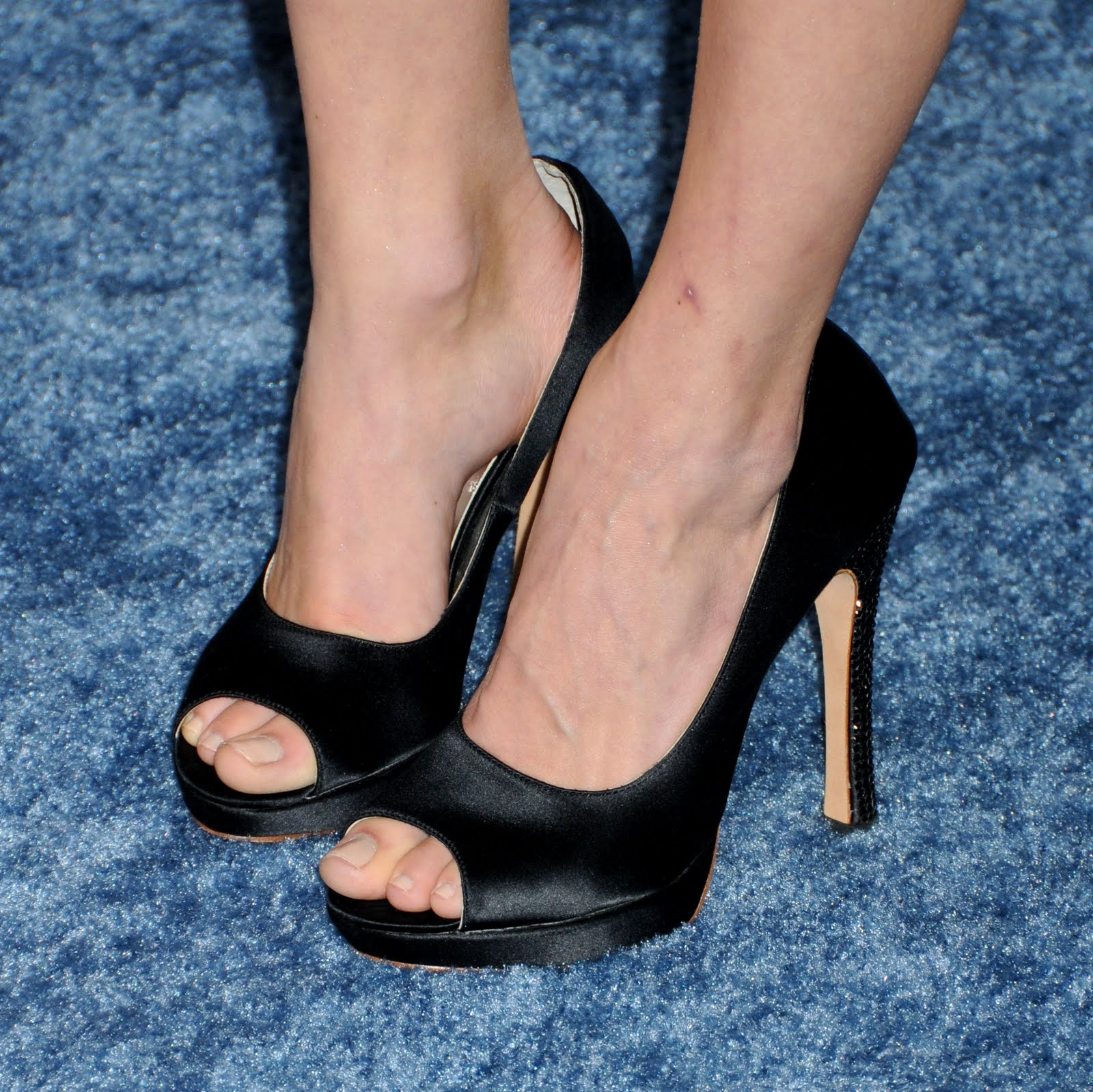 Jennifer Finnigan Feet pics style: emmy rossum feet