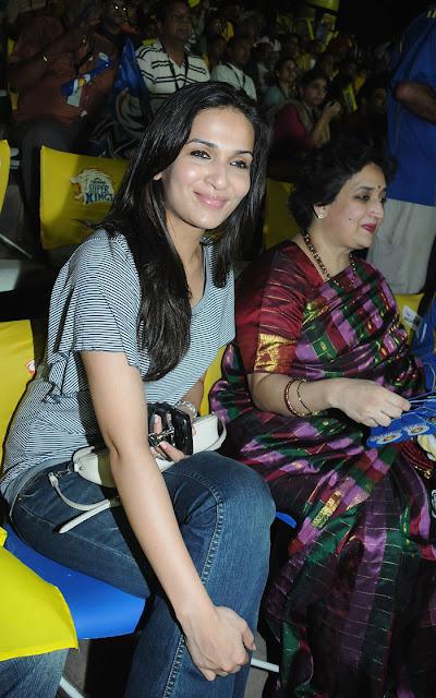 Soundarya Rajnikanth and her mother latha Rajnikanth