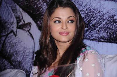 Aishwarya Rai Seeks Rajinis Blessings