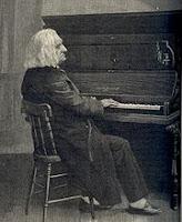 الموسيقار فرانز لسزت أمام البيانو
