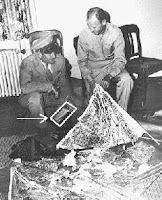 الجنرال روجر رمسي يتفحص أجزاء من البالون  المتحطم والرادار المرتبط به وفي حوزته جعبة تحتوي على ورقة تكشف عن العثور على جثث للمخلوقات الفضائية