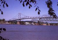 الجسر المعلق الفضي حيث زعم انهياره بعد عدة مشاهدات للرجل العثة