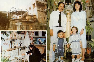 في أعلى اليسار يظهر منزل ميرنا ونيكولاس نظور في حي الصوفانية ، وعلى التراس (ارض الشرفة) زعمت ميرنا رؤية السيدة العذراء  حيث  عبر من خلال القضبان المعدينة لسور الشرفة. وفي اليمين تظهر صورة عائلية يظهر فيها ميرنا وزوجها نيكولاس وابنهما يوحنا إيمانويل وابنتهما ماريان في عام 1990، وخلفهم الأيقونة التي رشحت زيتاً.