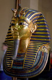لاحظ الكوبرا الذهبية أعلى قناع الفرعون توت عنخ آمون وهي تمثل إحدى الآلهة الحارسة  حسب معتقدات المصريين القدامى وتسمى وادجت.