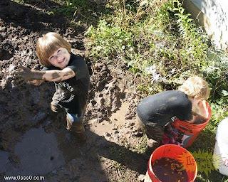 عکس: بچه های چرکولک گلی شده وکثیف