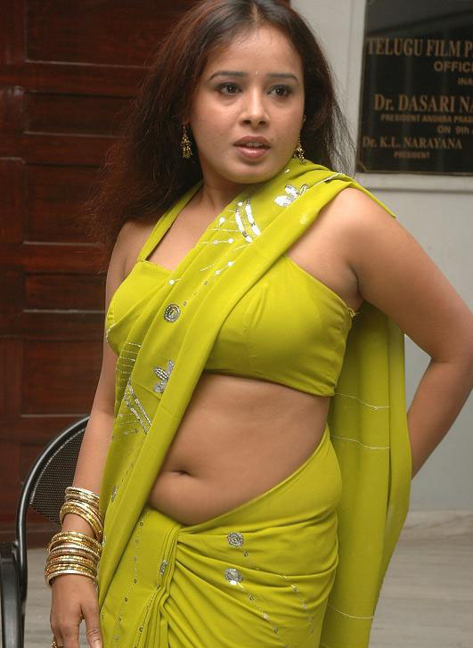 Deep Navel And Boobs Show Of Sexy Premikha Aunty