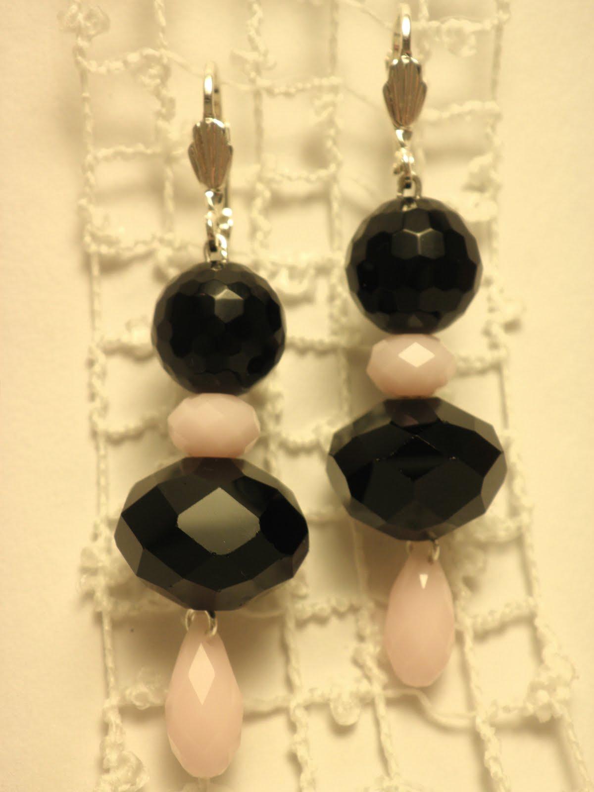 43e57e4e804 Lihvitud musta oonüksiga, mustade suurte kristallidega ja piimjas-roosade Swarovski  kristallidega kõrvarõngad - kasutatud on nn malelaua-lihviga musta ...