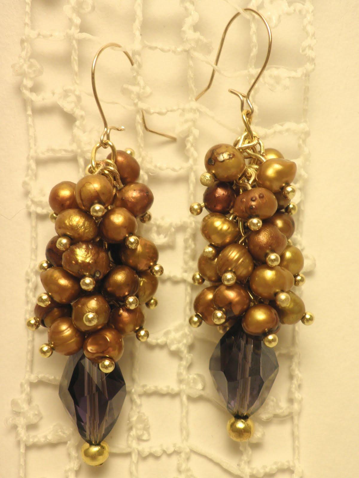 18d70b6eafa Kuldsete mageveepärlite ja lillade kristallidega kõrvarõngad - kasutatud on  kuldseid mageveepärle (4-5mm) kokku 40 tk ja piklikke lihvitud  kristallhelmeid.
