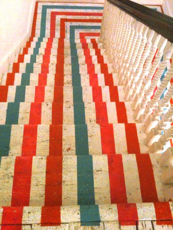 http://1.bp.blogspot.com/_UyFcRK3RwQ4/TMxOugq82_I/AAAAAAAAAf0/0cE24X3EDn4/s1600/spade-stairs.jpg