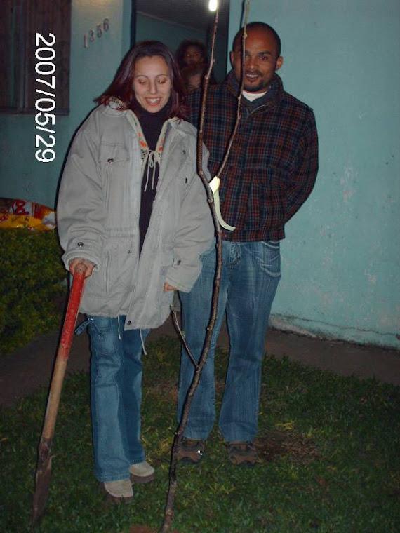 Aluna Sandra da turma 206 e seu marido e o enxerto de pêra plantado no gramado de sua casa.