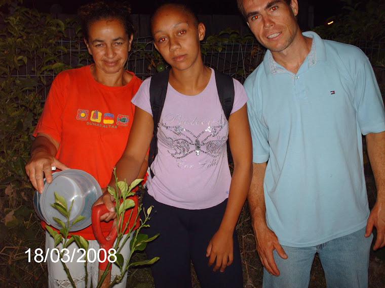 Aluna Anajara Machado da Silva, sua mãe de vermelho e eu em mais um plantio.