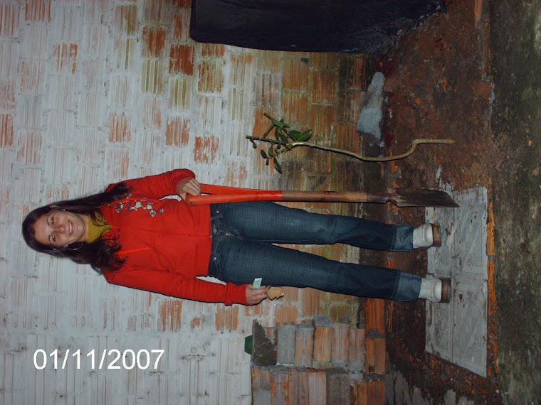 Aluna Karen e um pé de limoeiro plantado em sua casa