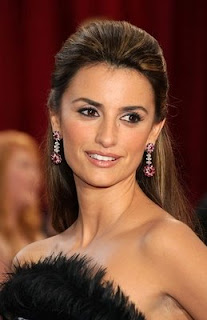 Penelope Cruz with her fashion accessories