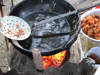 This is the place where those are fried... the burning oil on the cooker made of mud