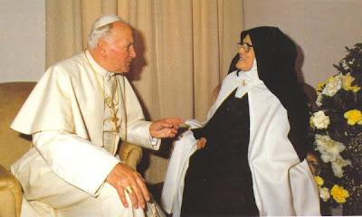 Clique nesta foto, do Papa João Paulo II e da Irmã Lúcia, a fim de ver e ler o texto da 'Devoção Reparadora e Salvadora dos Cinco Primeiros Sábados'... + Nossa Senhora do Rosário de Fátima, rogai por nós!