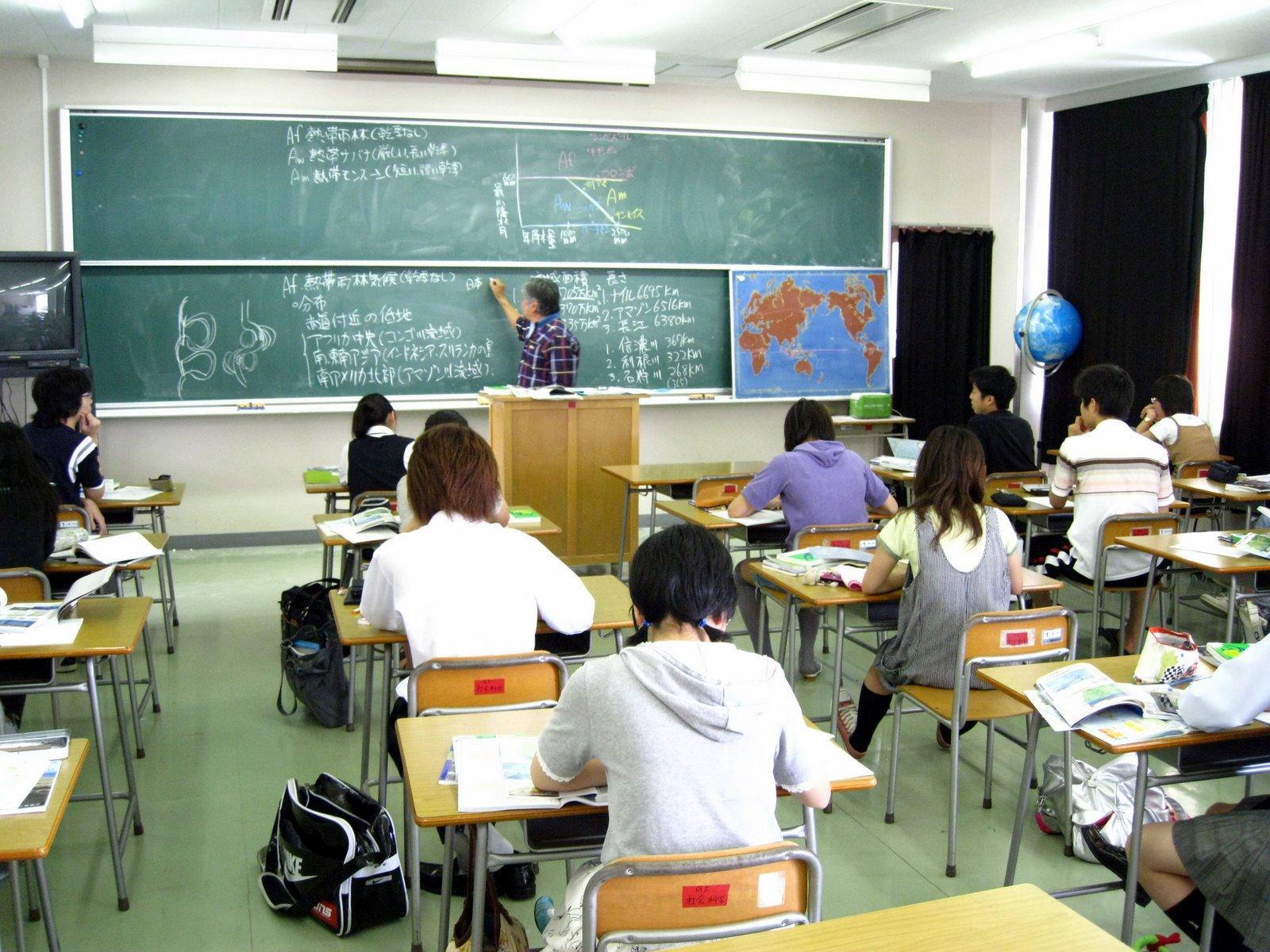 Profesora y alumno cojiendo en un aula espia - 2 part 7