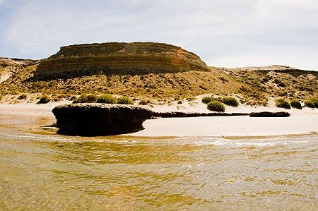 Piedra Guacha, solitaria Playa Patagónica Puerto piramides