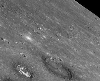 Halos oscuros en cráteres de Mercurio