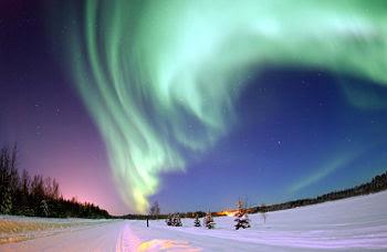 Aurora Boreal sobre el Lago Bear, en la Base de la Fuerza Aérea Eielson, Alaska, Estados Unidos