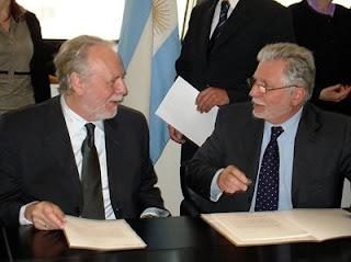 René Oosterlinck (izq), Director de asuntos legales de ESA y el embajador Victorio Taccetti, en Buenos Aires.