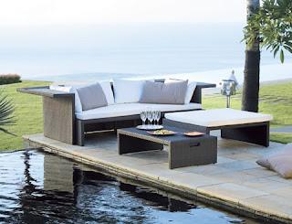 Muebles de exterior en la piscina