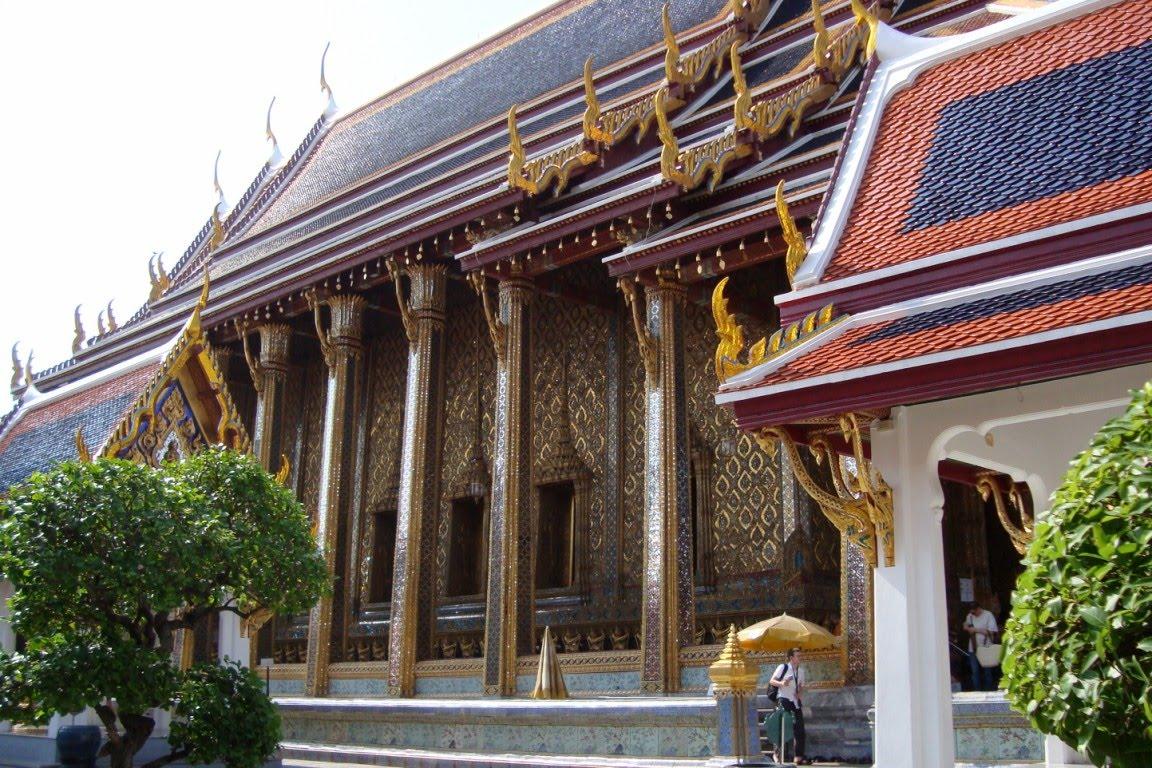 2a11e91de80 Templeid ja kodusid külastades tuleb viisakust üles näidata ja jalanõud  jalast ära võtta (kuna maad loetakse mustaks). Kõikide inimeste pealae  puudutamine ...