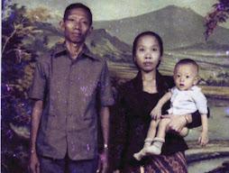 Penulis masa kecil bersama Bapak W.Soehardi dan Ibu Sumiati