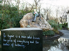 Oscar Wilde in front of his quote