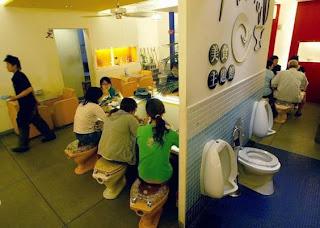 Toilet Restaurant RestaurantePeculiarCuantoMenos03