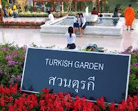 Turk bahcesi (Arka plan: Turk bahcesi sever Taylandli liseli kizlar ve budist rahip) - Kraliyet Cicek Fuari - Chiang Mai