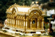 Urna contendo as relíquias de Santa Teresa ...