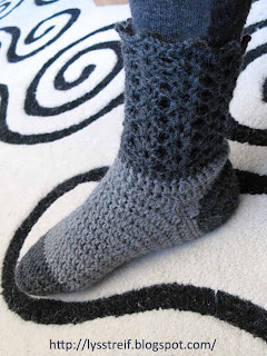 db1abfc6bef Her kommer mønsteret til mine heklede sokker med blondekant. Det er en  variasjon av de hvite sokkene jeg la ut tidligere.